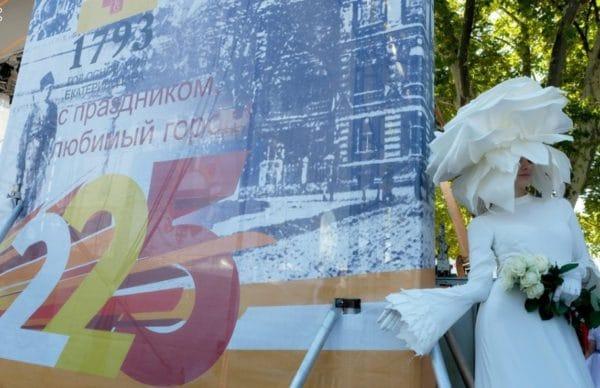 Фото с дня города Краснодару 225лет именно в этот день объявили о новом официальном статусе города-миллионнера и подарили меру города символический сертификат