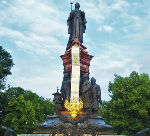 Памятник Екатерине Великой (центральную часть постамента занимает Жалованная грамота).