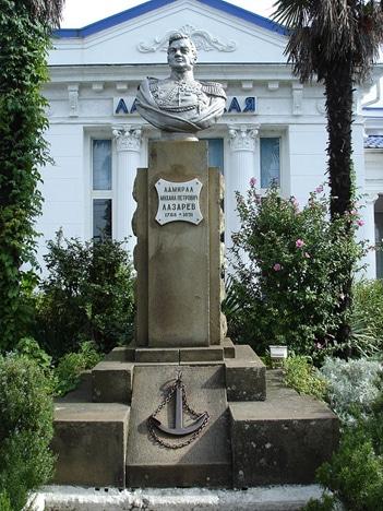 На вокзале гостей встречает памятник М.П. Лазареву