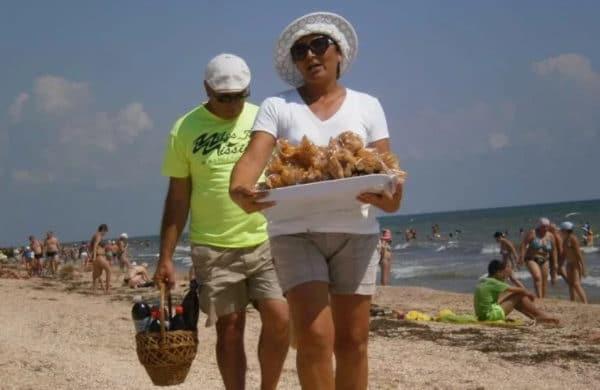 рыба, пиво, вино, сладости, черешня и кукуруза на пляже
